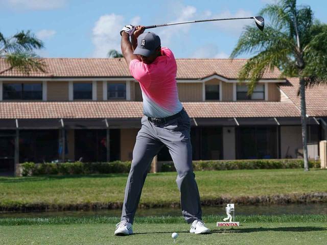 画像: 深いトップを作るとき、肩だけを回そうとすると、肩関節にかかる負担は大きくなる。足首やひざ、股関節、手首など、あらゆる関節を動員することで、ケガのリスクを減らすことができる