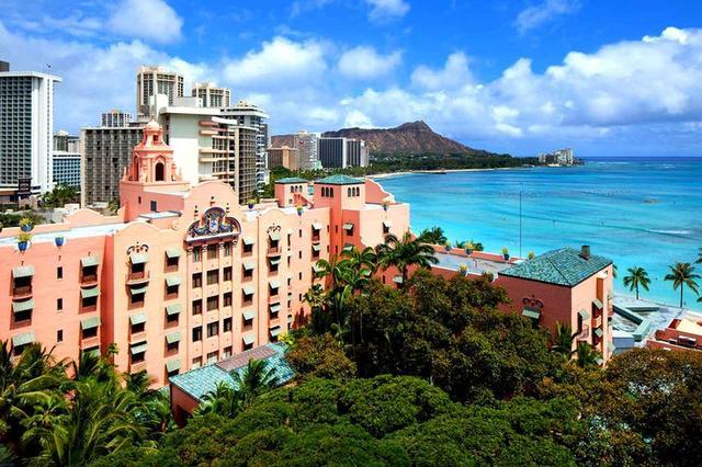 画像: ロイヤルハワイアンホテルとマイラニタワー(写真奥、海沿いの白とピンクの棟)