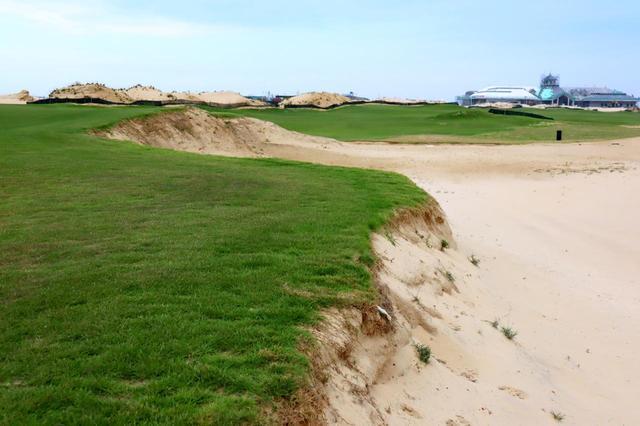 画像: ホールと砂地の段差は1メートル以上(撮影2019年5月中旬)