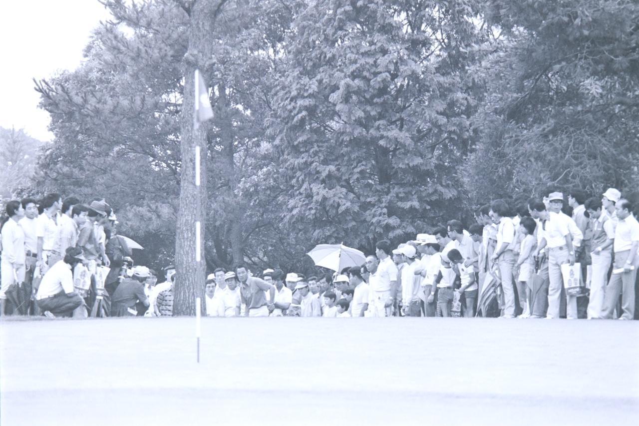 画像: ギャラリーが取り囲む中、アプローチを放つ青木