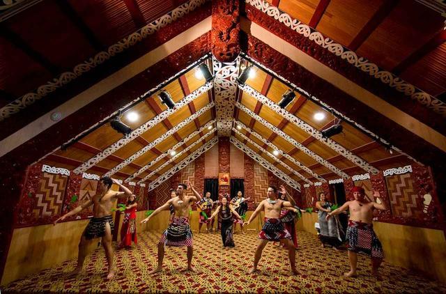 画像: デプイアのマオリショー。ニュージーランドの先住民、マオリ伝統の「カパ・ハカ」の舞を堪能