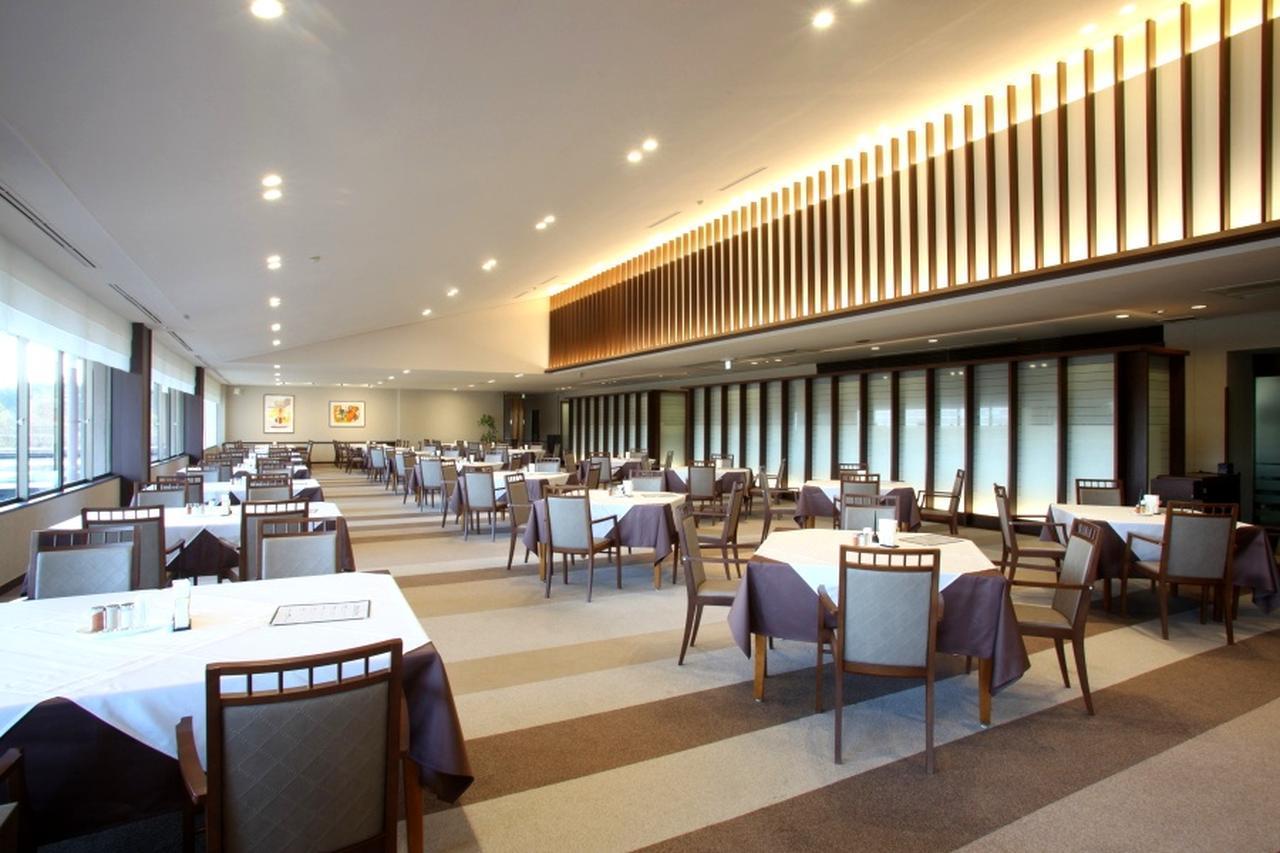 画像: 広々して開放的なレストラン
