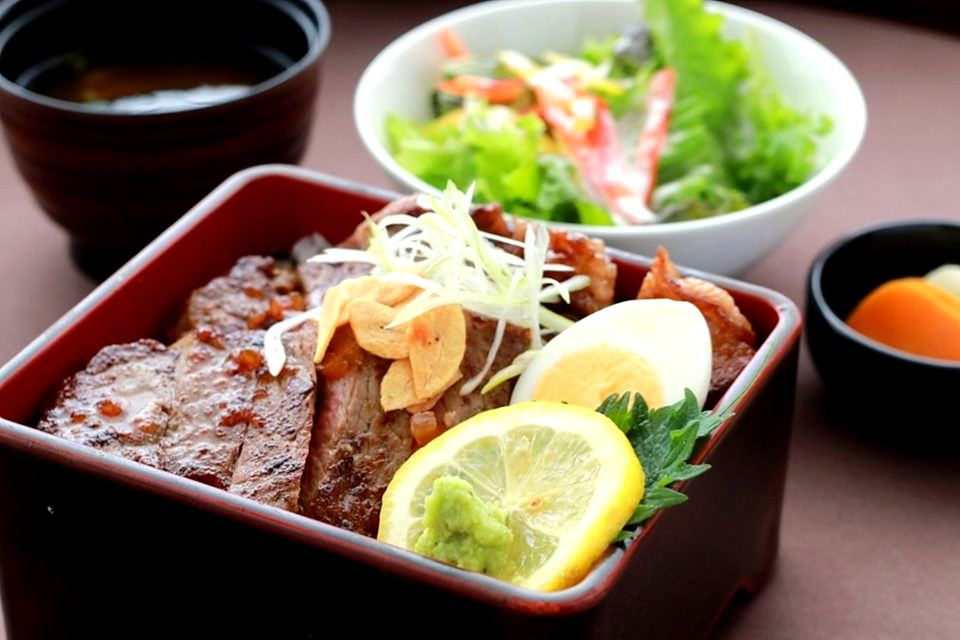 画像: 週替わりの料理長おすすめランチも人気。「サーロインステーキ重」(2000円)