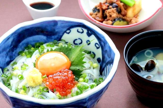 画像: 週替わりの料理長おすすめランチも人気。「霞ケ浦産 白魚丼としじみ汁」(1500円)