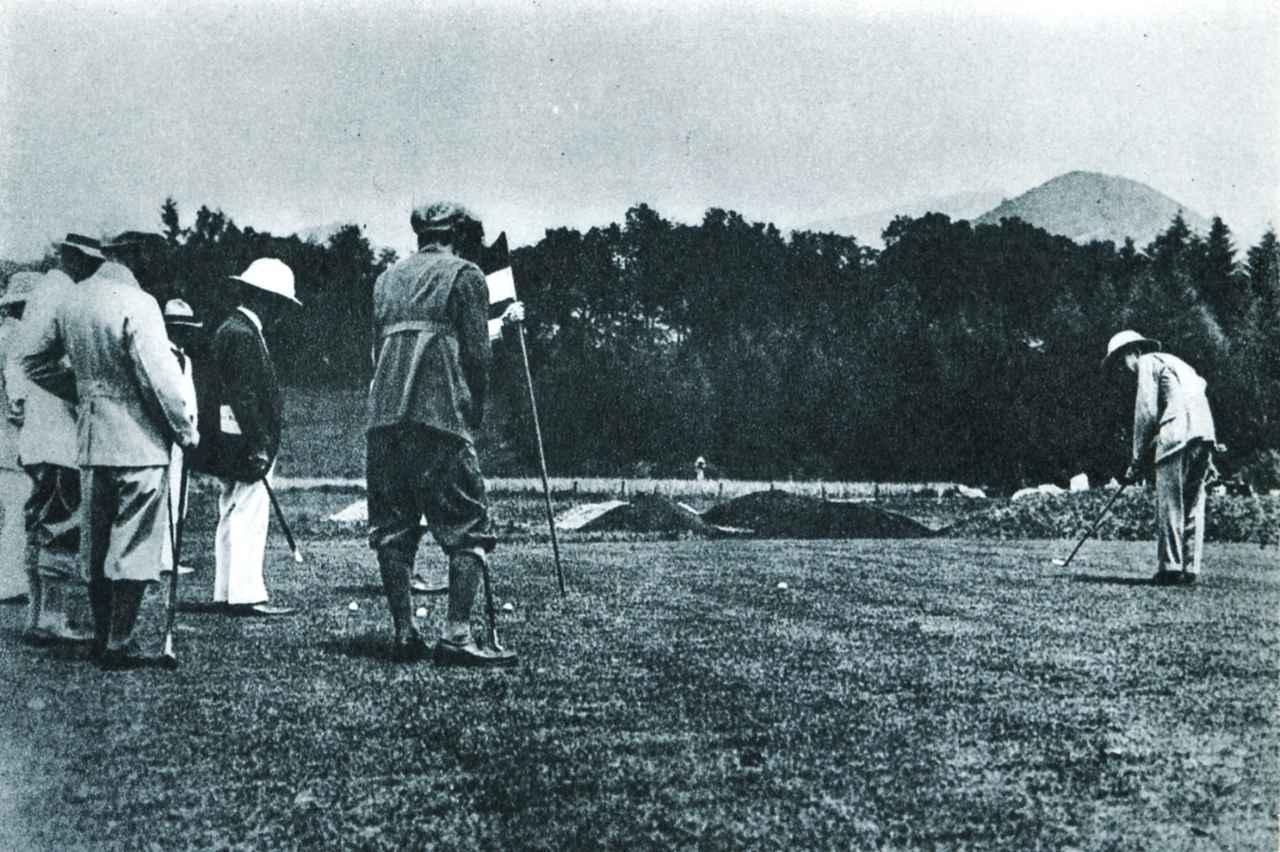 画像: 写真は大正12年、現在の旧軽井沢ゴルフクラブをプレーする皇太子(のちの昭和天皇)