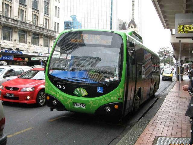 画像: 市内を結ぶバス