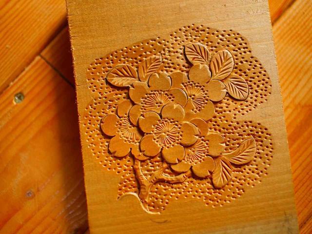 画像: 堅牢でキメが細かく、木目がきれいなトチノキ(橡)は軽井沢彫にぴったりの素材