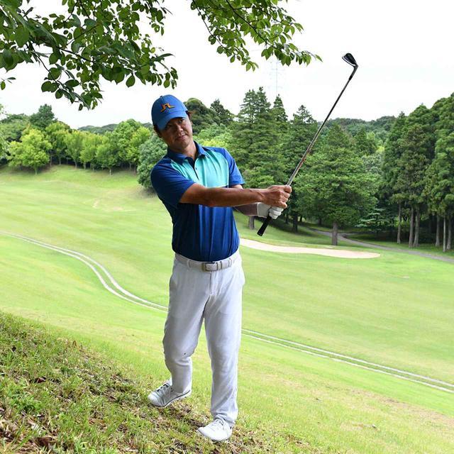 画像8: 【傾斜地アイアン】夏ゴルフ、つま先上がりの斜面ラフに止まった。かなりの急傾斜から上手く打つには…。(後編)