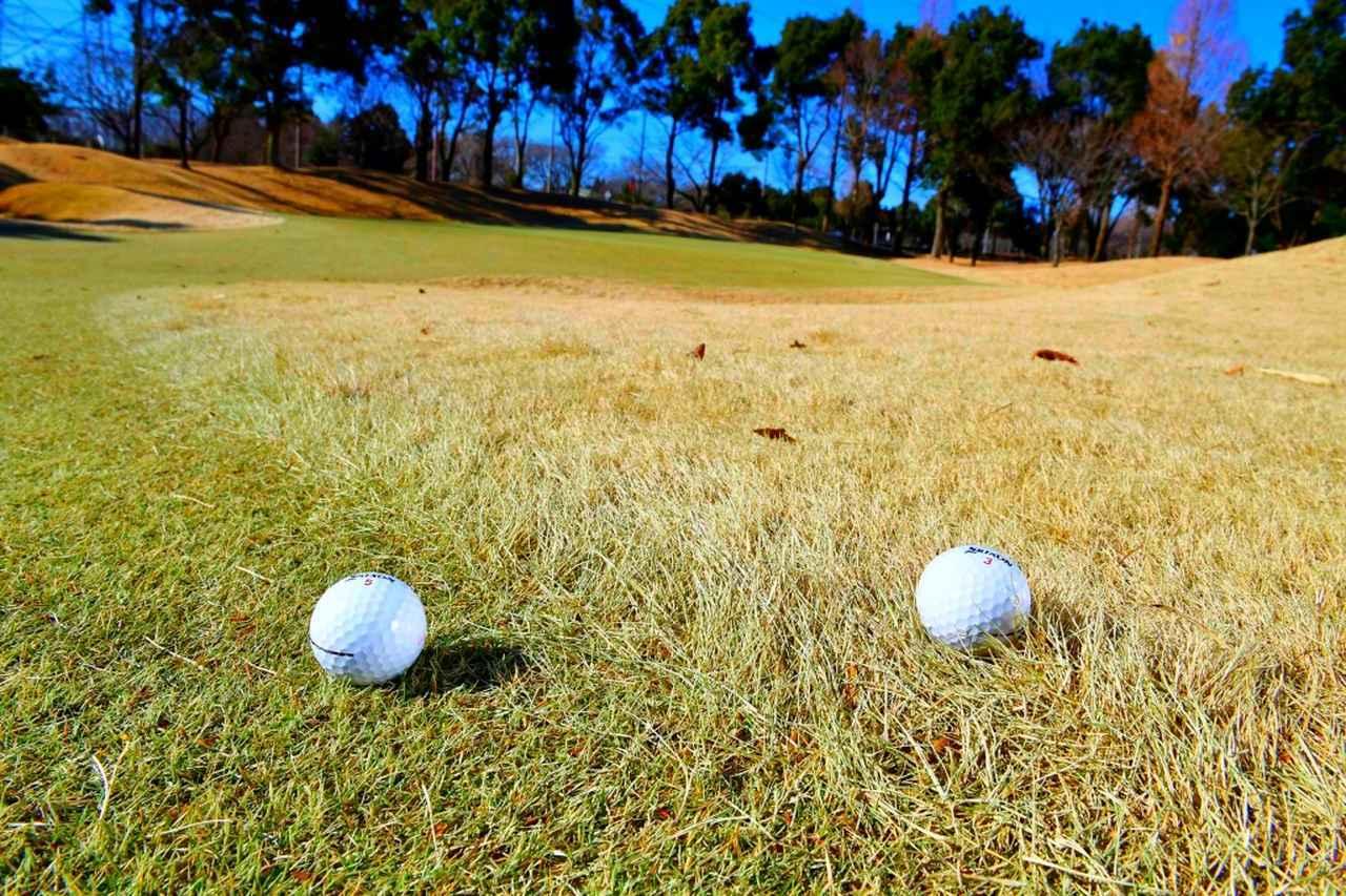 画像: 練習場は人工芝のマットから打つが、コースでは天然芝から打つ。1打ごとに芝の長さも密度も変わり、ミスに対する許容度も大きく変わる。ちょっとしたミスがダフリになり、それを怖がるとトップという悪循環も大いにありえる