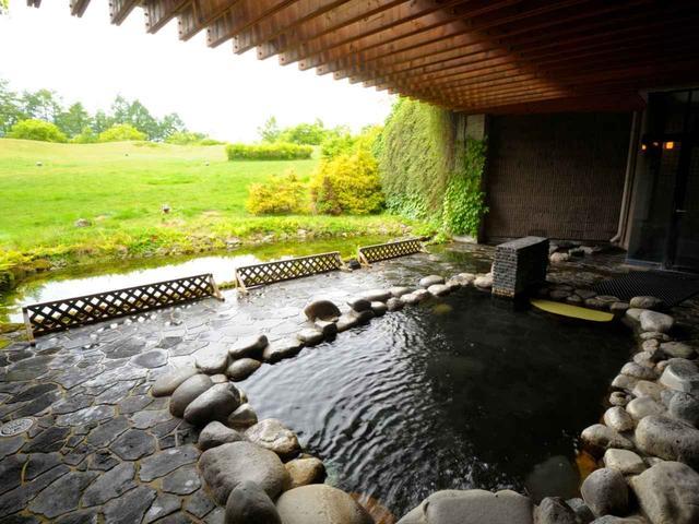 画像: 敷地内には天然温泉露天風呂