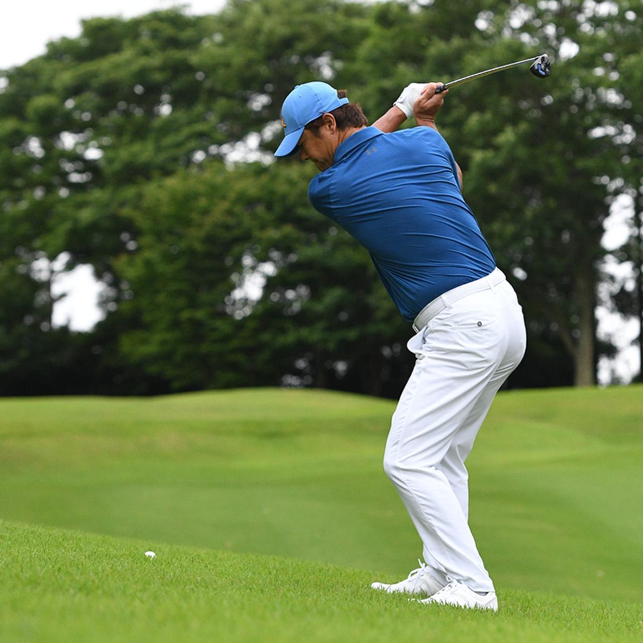 画像2: 【傾斜地アイアン】夏ゴルフ、つま先上がりの斜面ラフに止まった…。さあ、どう打つ?(前編)