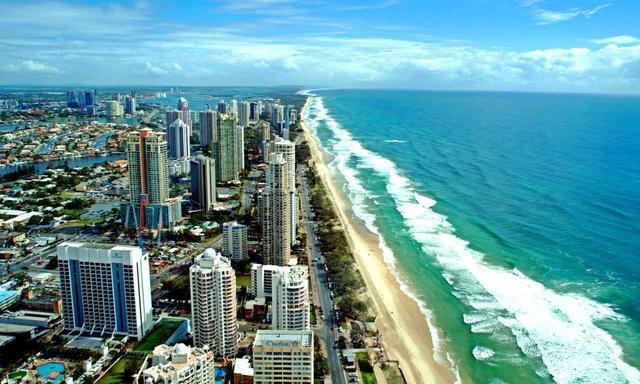 画像: サーファーズパラダイスの街と海(Tourism Australia)