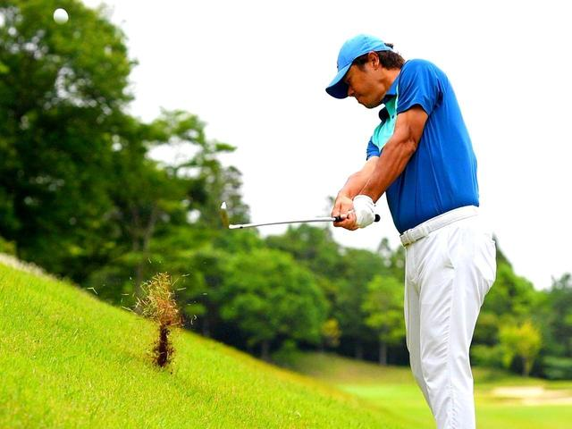 画像: 【傾斜地アイアン】夏ゴルフ、斜面ラフのつま先上がりに止まった。かなりの急傾斜から上手く打つには…。(後編) - ゴルフへ行こうWEB by ゴルフダイジェスト