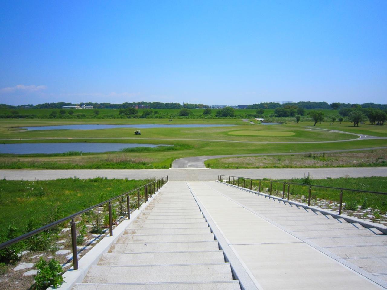 画像: 堤防の階段を下りてコースへ到着