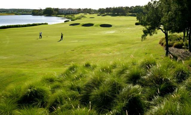 画像: リンクス ホープアイランドゴルフコース18番(511Y・P5)左には池、眺めの美しい最終ホール