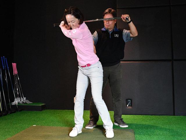 画像: スウィングスピードを上げるには、下半身と上半身の連動が大事。トップでクラブを押さえてもらった状態でクラブを下ろそうとすれば、自然と下半身から切り返す動きが体感できる