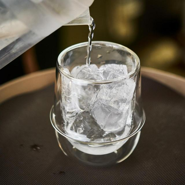 画像: グラスにたっぷりの氷と水を少量