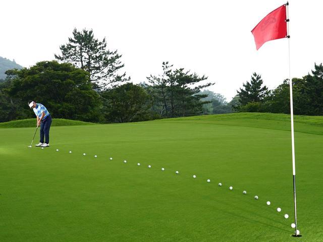 画像: 打ち出すスピードは、スタート前の練習グリーンで確認した距離感を基準に、強めか、弱めか、決めて打つ
