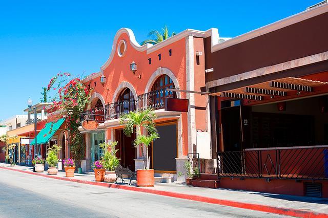 画像: スペイン風コロニアル建築様式の建物が残るサンホセ・デル・カボやカボ・サンルーカス。散策してみるのもおすすめ。4月末のゴールデンウィーク、平均最高気温は33度、平均最低気温は18度