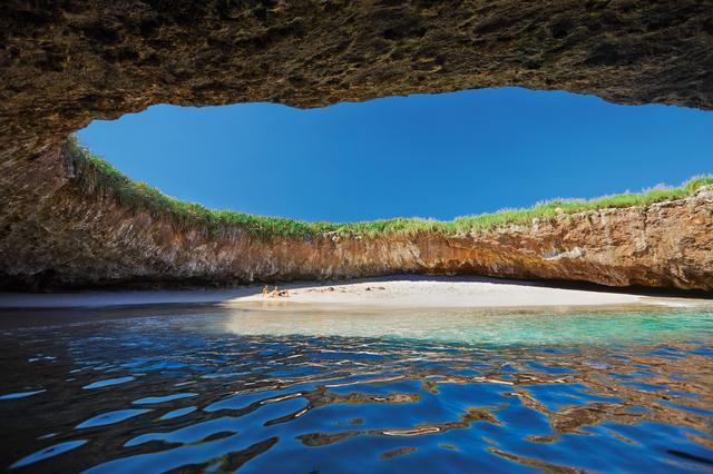 画像: 『紅の豚』のモデルにもなったマリエタス諸島にある通称『恋人たちのビーチ』もプンタ・ミタから訪れることが可能。