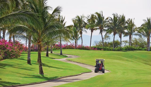 画像: 緑と鮮やかな花で彩られたコースは、リゾートゴルフの醍醐味を感じられる