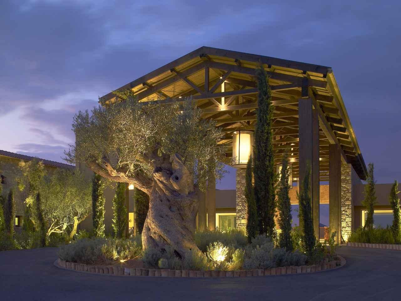 画像: モダンな雰囲気のクラブハウス