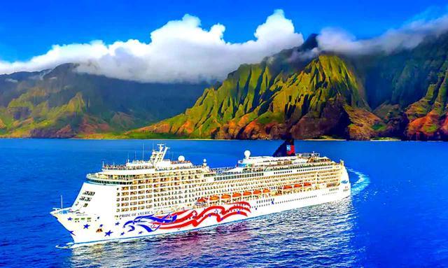 画像: プライド・オブ・アメリカ号とカウアイ島