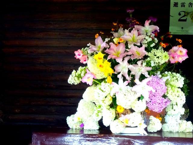 画像: 途中の小屋には生花が飾られているなど、細部までおもてなしに抜かりなし