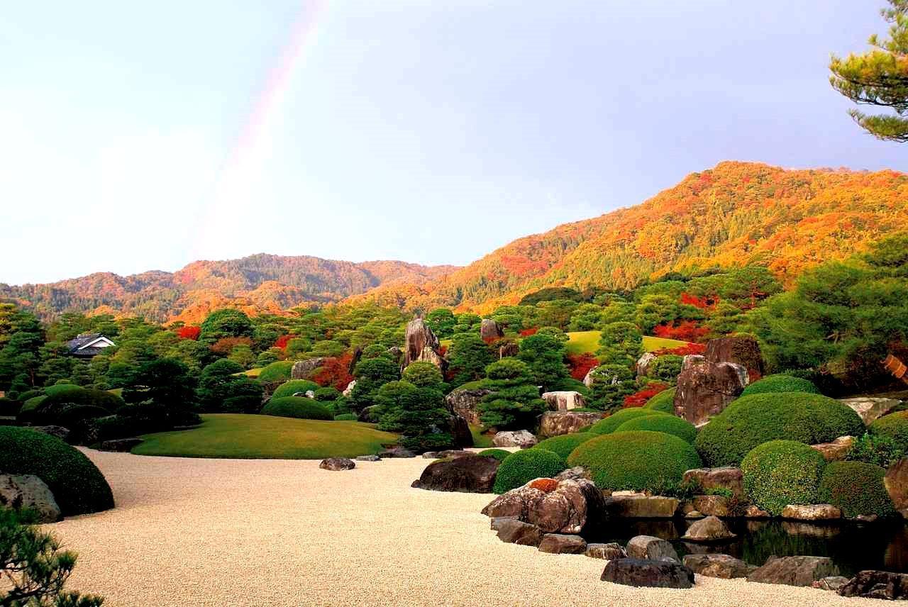 画像: 11月、紅葉した庭園