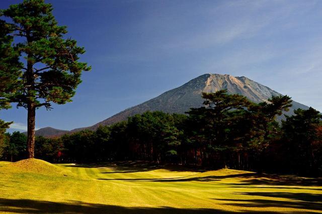 画像: 大山GC(18H・7167Y・P72)2020年には日本女子アマ開催。大山に向かって打ち上げていく15番(370Y・P4)