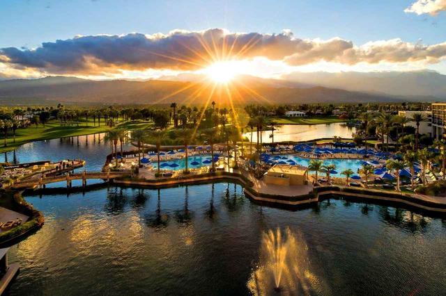 画像: JWマリオットデザートスプリングスリゾート 池とプールの向こうにバレーコース、パームコース