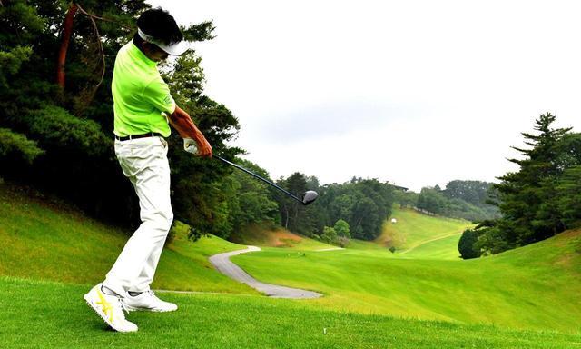 画像1: 【ドライバーでライン出し②】左足体重インパクトが低スピンフェードの掟! 狭いフェアウェイ狙い打ちで85を切る - ゴルフへ行こうWEB by ゴルフダイジェスト