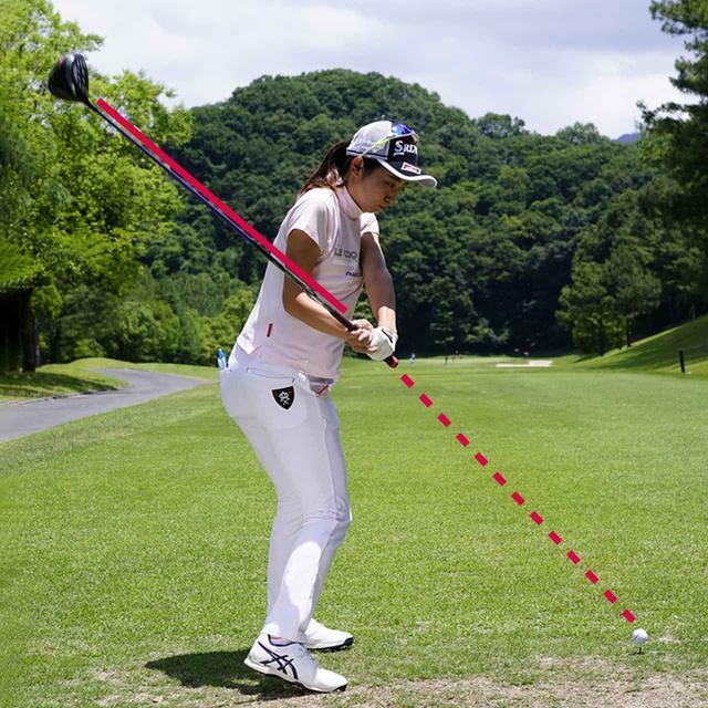 画像: 【ダウンではオンプレーン】 グリップエンドがボールを指すのは、プレーンに乗っている証拠