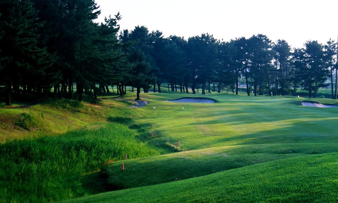 画像: 米子ゴルフ場 18番 左サイドに池、グリーン手前のバンカーは深い