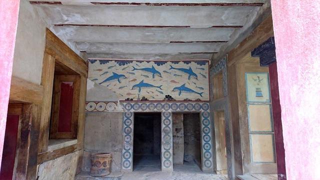 画像: クノッソス宮殿の女王の間に描かれていたイルカの壁画