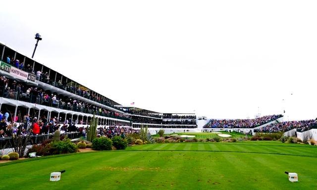 画像1: フェニックスオープン16番。ホール全体がスタジアム状の観客席に囲まれている