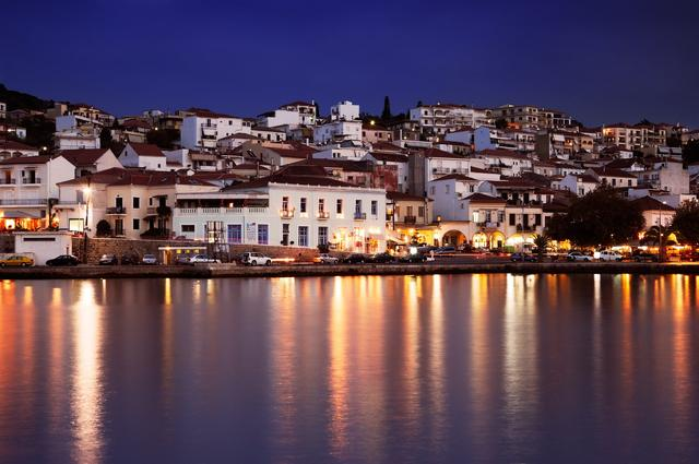 画像: 地中海料理とワインを楽しみに訪れる地元の人々で夜も賑わうピュロスの街
