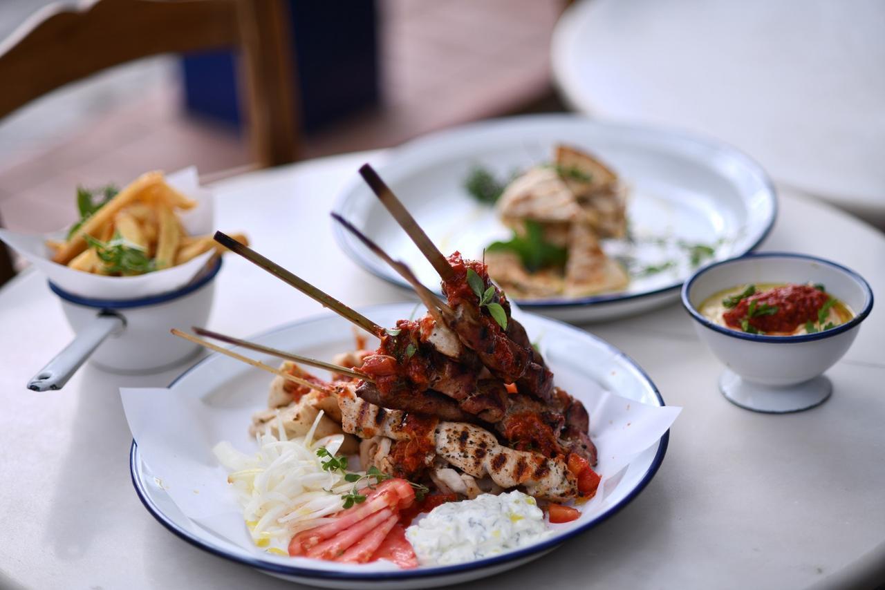 画像: ギリシャの伝統料理「スブラキ(串焼き)」ぜひ味わいたい逸品。レストラン「Souvlakerie 」
