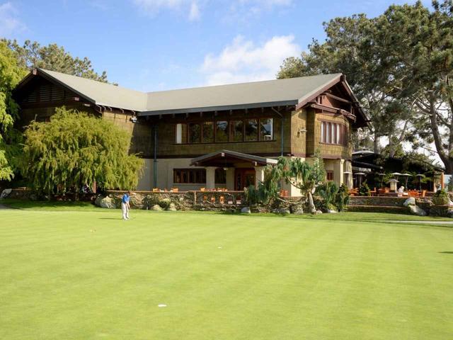 画像: クラブハウスと大きな練習グリーン
