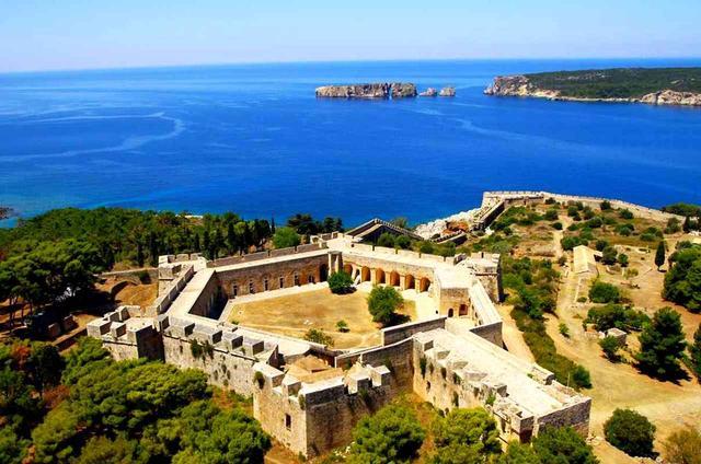 画像: 「ピュロス城」などピュロスの街には歴史的遺産も多い