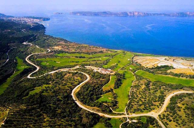 画像: イオニア海に面して造成された、コスタ・ナヴァリノ・ゴルフコース ベイコース