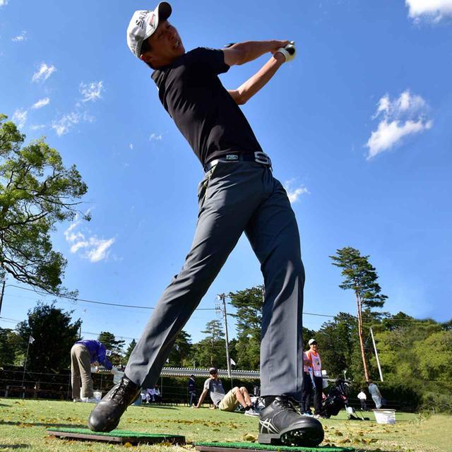 画像: 星野プロは左足で踏ん張って、回転を意識している。