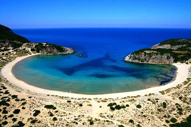 画像: リゾート近くにある、ギリシャ神話にも登場する有名な「ポイドキリアビーチ」
