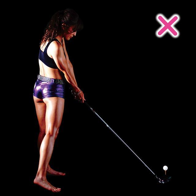 画像: 腹筋に力が入らないと、インパクトで伸び上がりボールにパワーが伝わらない。お腹が上を向いたら前傾は崩れる