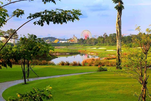 画像: ヴィンパールゴルフクラブ(島内には遊園地がある)