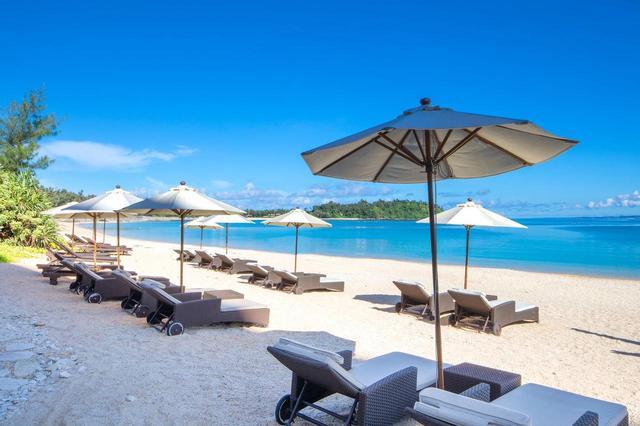 画像: ザ リッツカールトン沖縄 ホテル前の白砂ビーチ