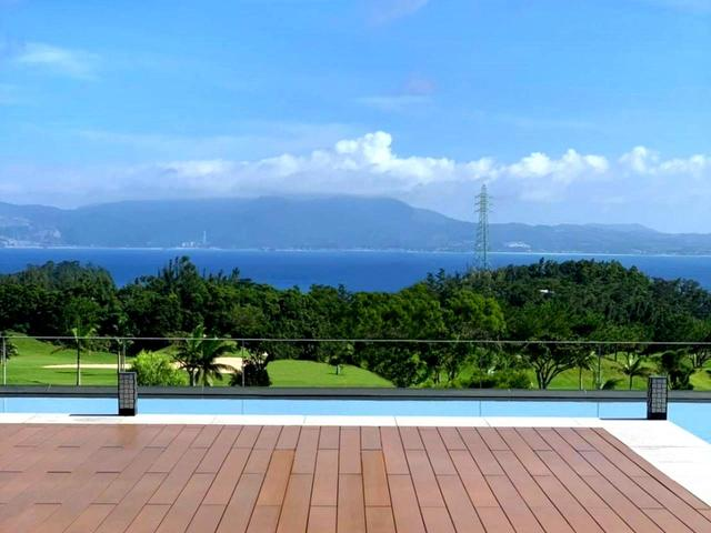 画像2: プール越しにゴルフ場、その先に名護湾を見渡せる