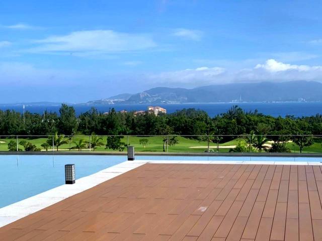 画像1: プール越しにゴルフ場、その先に名護湾を見渡せる