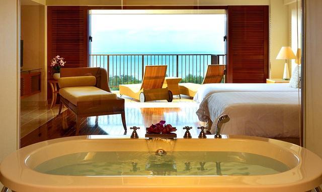 画像: ゲストルームは広い空間と海の眺望が特徴