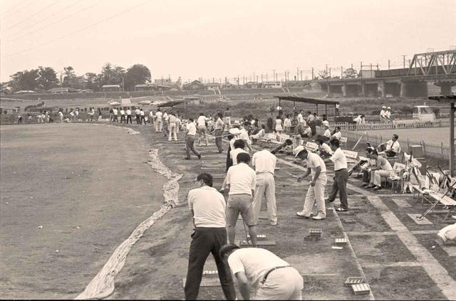 画像: 1952年開場の東京多摩川ゴルフ練習場。スライスで右ネットを越えて川へ打ち込むゴルファーが後をたたず、昔は専門の回収業者も存在した